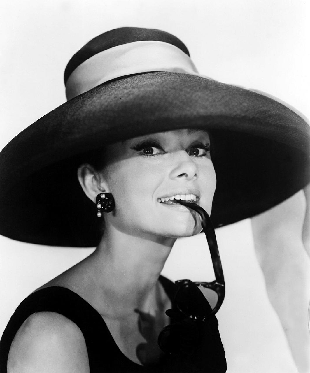 """Одри Хепбърн участва в """"Закуска в Тифани"""" и става икона на стила."""
