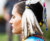 Индианка, украсила главата си с пера