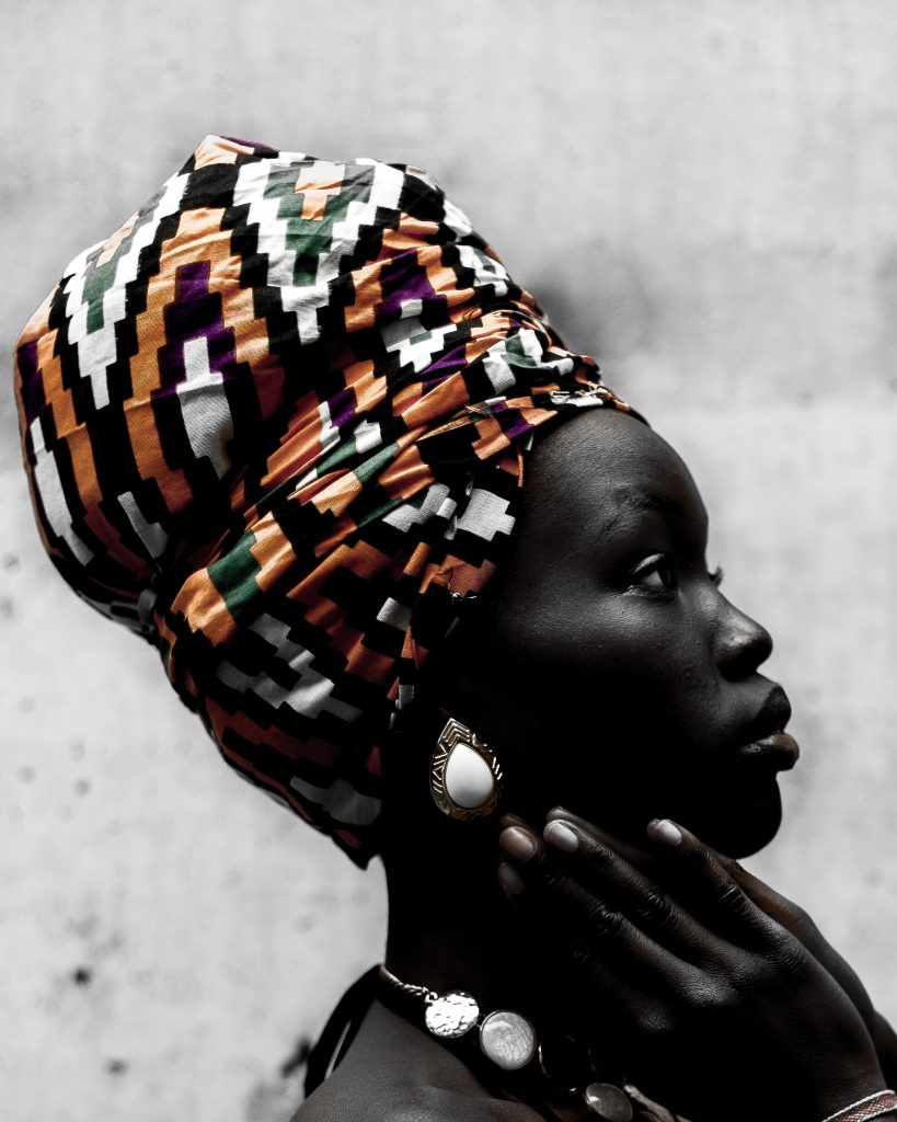 Красива африканка с кърпа за глава, наречена дхуку, и бижута