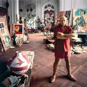 Пикасо сред картините си