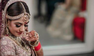 Индийка, окичена с бижута
