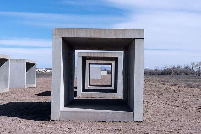 Минималистична скулптура от бетон на Доналд Джъд